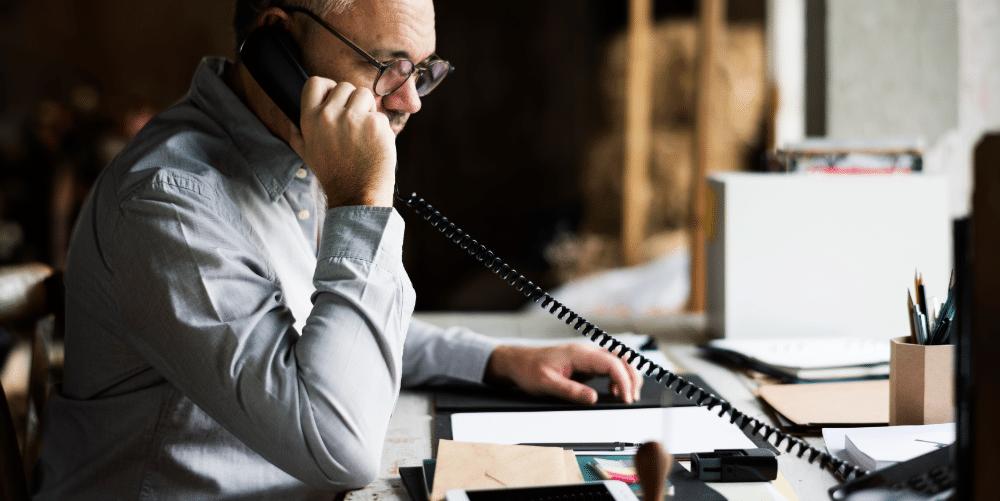 Geschäftsmann macht ein Telefonat
